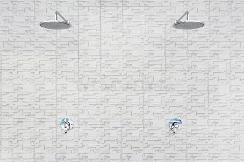 Chuveiro do banho na parede da telha do cimento branco imagem de stock