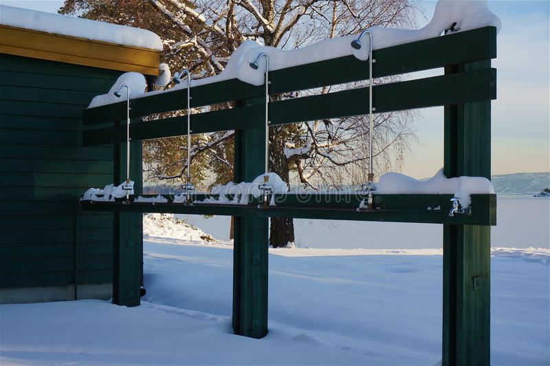 Chuveiro frio no inverno fotografia de stock royalty free