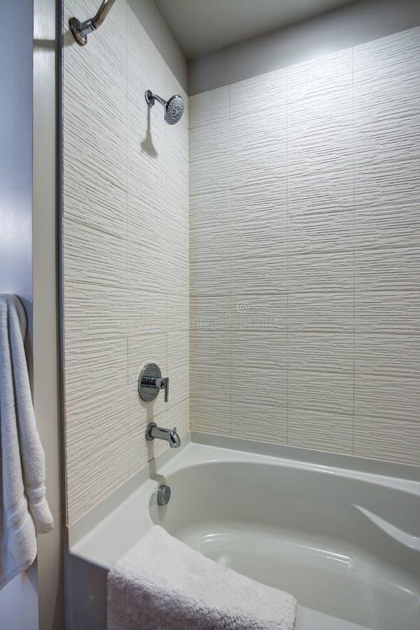 Chuveiro moderno do banheiro do apartamento foto de stock