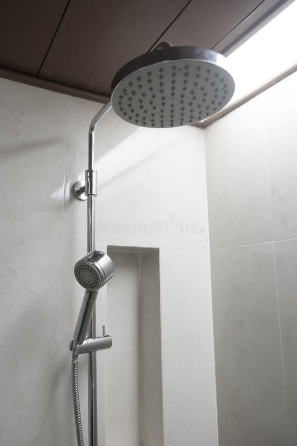 Chuveiro no banheiro imagem de stock
