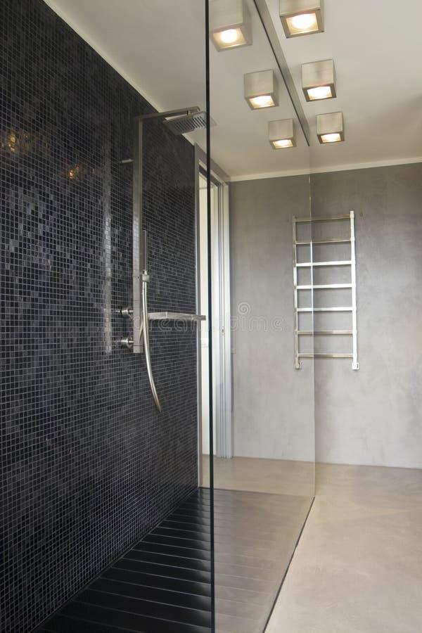 Chuveiro no banheiro moderno foto de stock royalty free