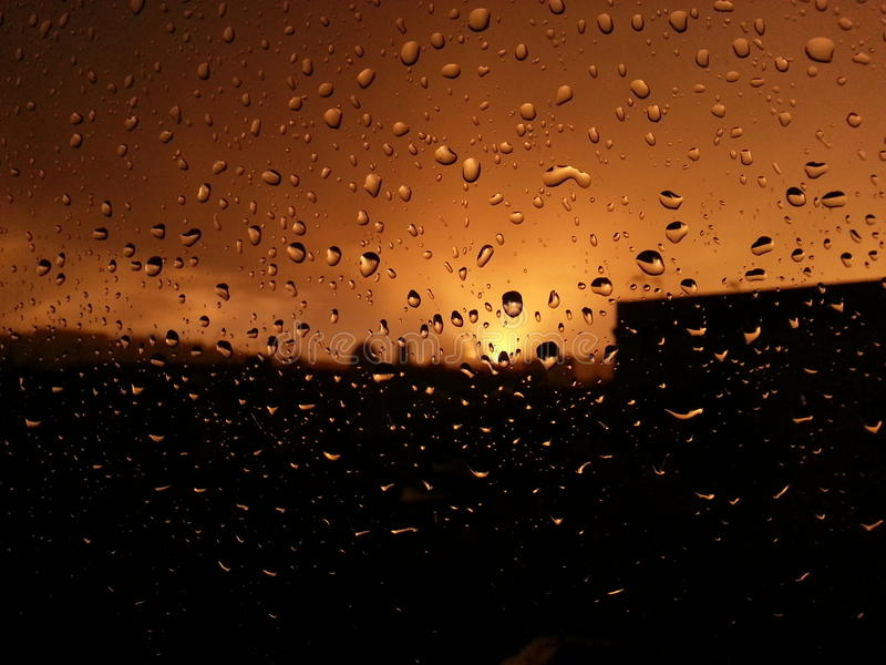 Chuvoso o por do sol foto de stock