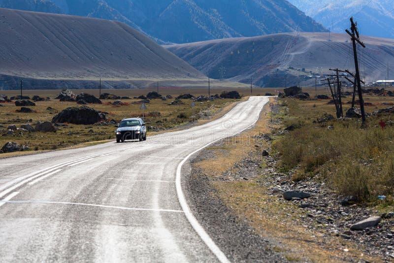 Chuya高速公路Chuysky Trakt通过共和国阿尔泰山 旅行 免版税库存图片