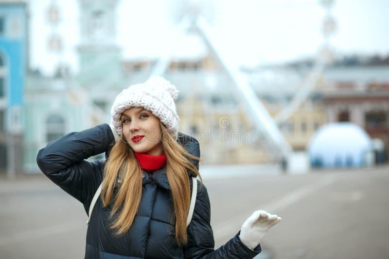 Chwalebnie blondynka model z czerwoną pomadką jest ubranym dziającą nakrętkę, enj zdjęcia stock