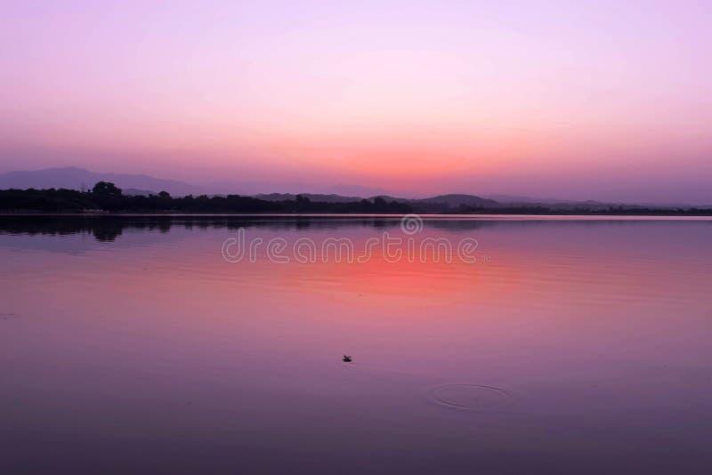 CHWALEBNIE widok jezioro PRZED słońce wzrostem W wczesnym poranku zdjęcie royalty free