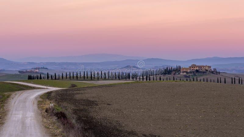 Chwalebnie zmierzch nad Toskańską wsią w Ville Di Corsano, Siena, Włochy zdjęcia royalty free