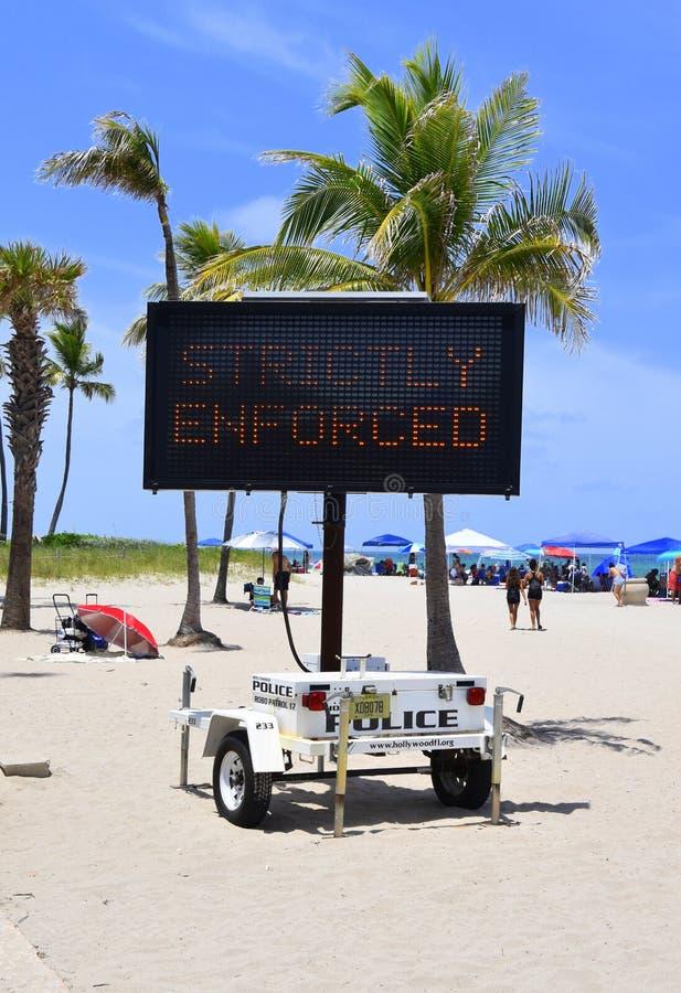 Chwilowy mobilny elektroniczny milicyjny znak ostrzegawczy który mówi obraz stock