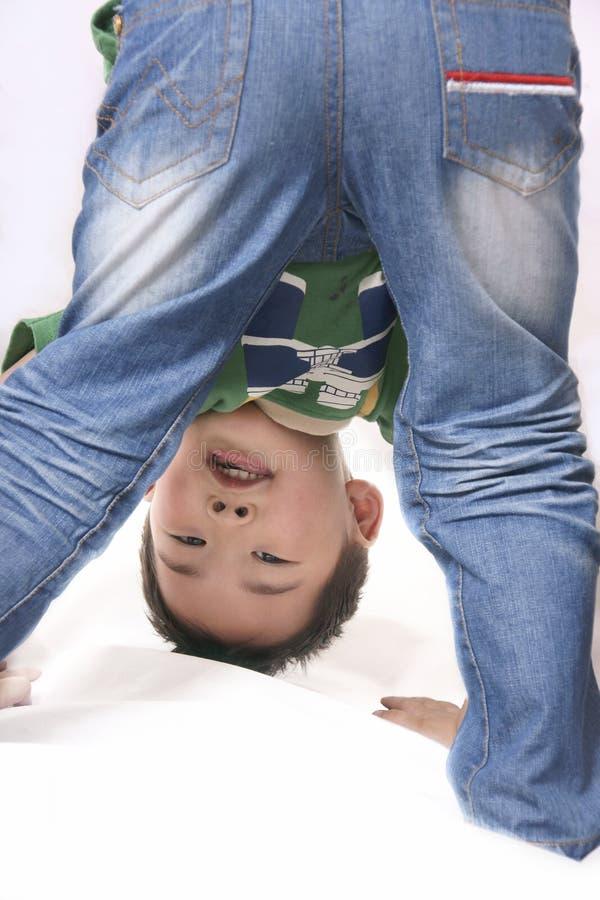 chylenia ciała chłopiec iść na piechotę niegrzeczny widzieć zdjęcia stock
