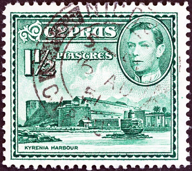 CHYPRE - CIRCA 1938: Un timbre imprimé à Chypre montre le port de Kyrenia et le roi George VI, vers 1938 photos libres de droits