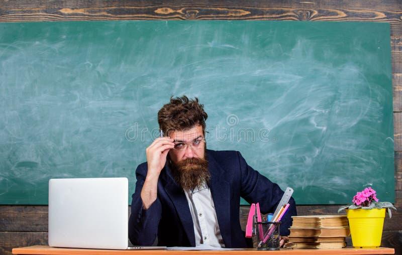 Chytry examinator ono waha się o ocenie Pewny w wiedzie Egzaminatora brodaty nauczyciel z eyeglasses ono waha się zdjęcie royalty free