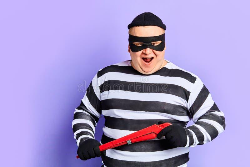 Chytry gruby mężczyzna iść robić kryminalnemu bezprawnemu aktowi obrazy royalty free