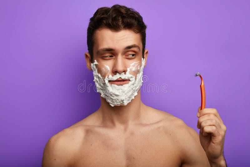 Chytry mężczyzna iść golić jego brodę obraz royalty free