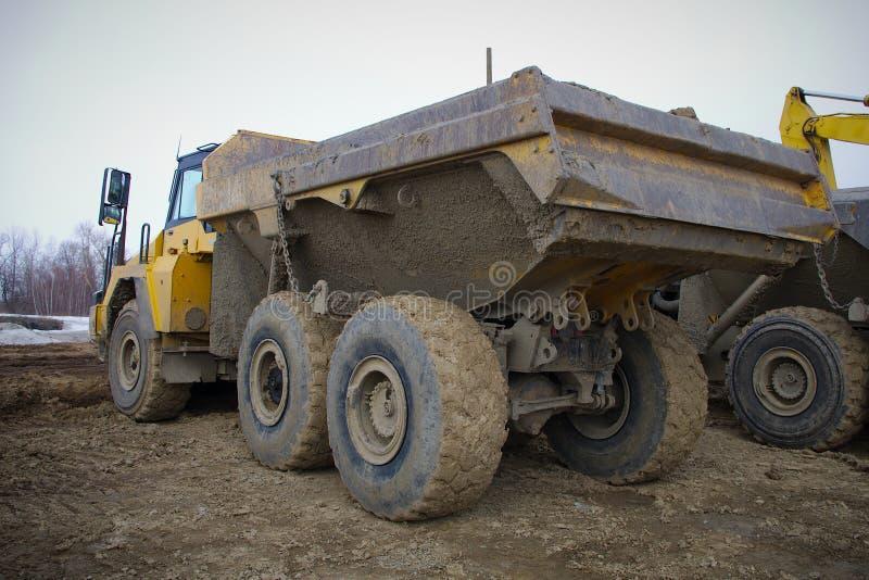 Ciężarowego ciężarówki tipper wyposażenia budowy żółty duży działanie fotografia stock