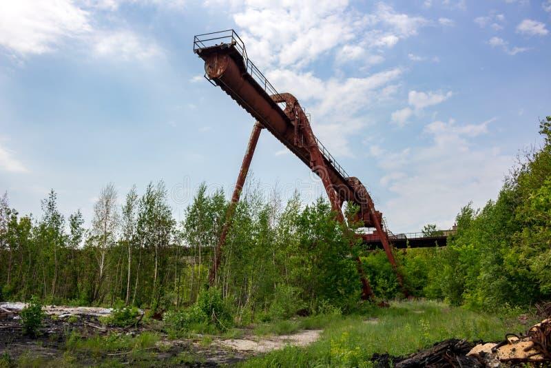 Ciężarowy żuraw przy starą fabryką zdjęcie stock