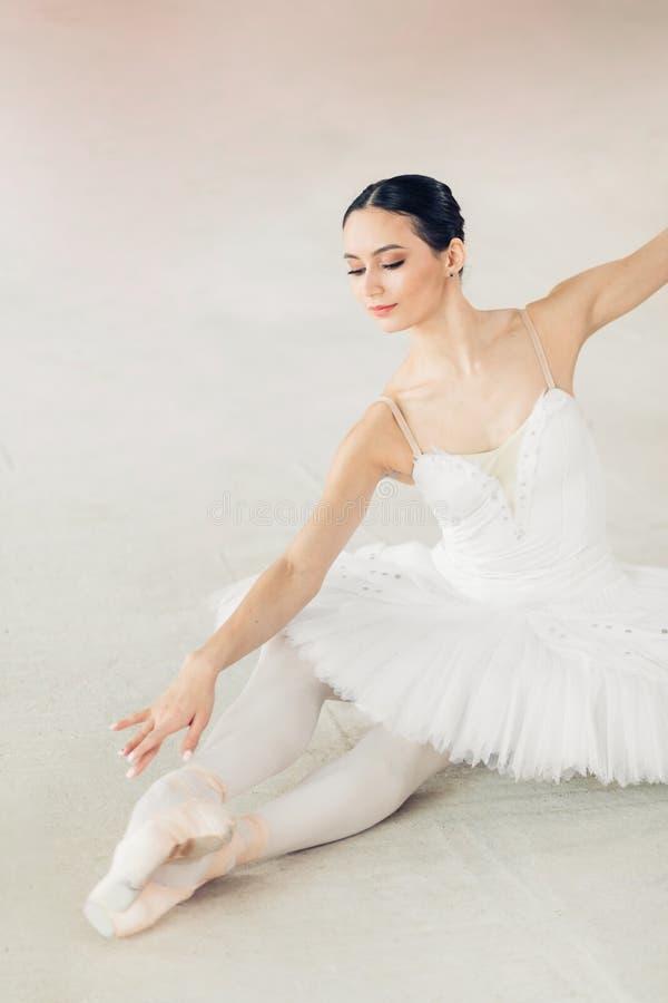 Ciężka praca i wysiłek przyjemnej uroczej dziewczyny udoskonalająca elastyczność zdjęcie royalty free