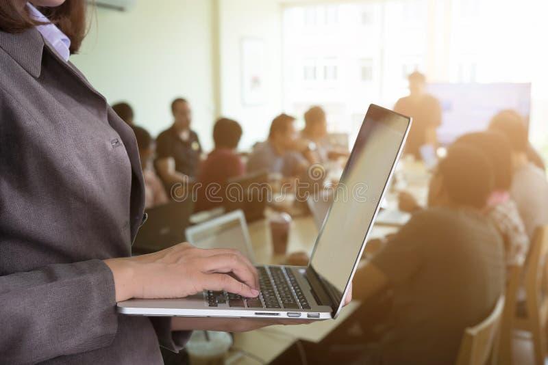 Ciérreme encima de secretaria Woman Typing en su ordenador portátil en la junta imágenes de archivo libres de regalías