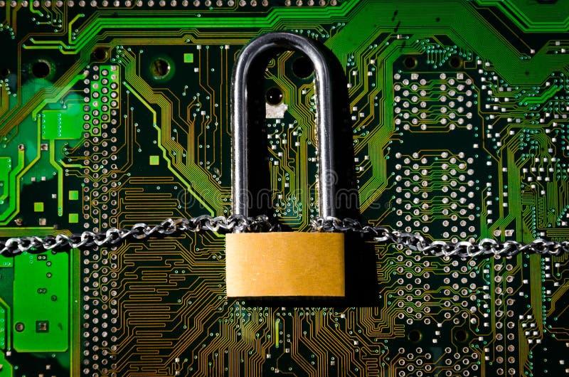 Ciérrese con una cadena en una conexión de la placa de circuito imagen de archivo libre de regalías