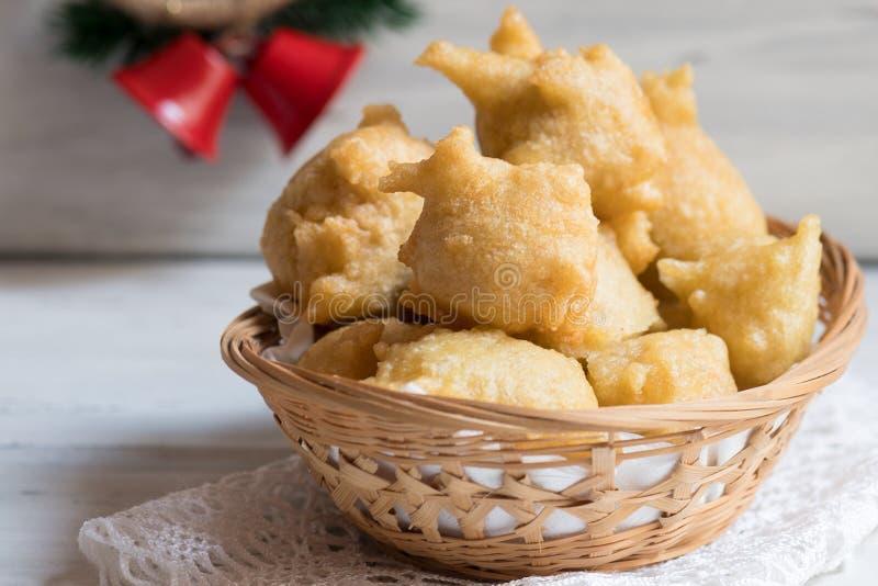 Ciérrese de productos italianos tradicionales de una panadería llamó Pettole, comida frita apulian tipical foto de archivo libre de regalías