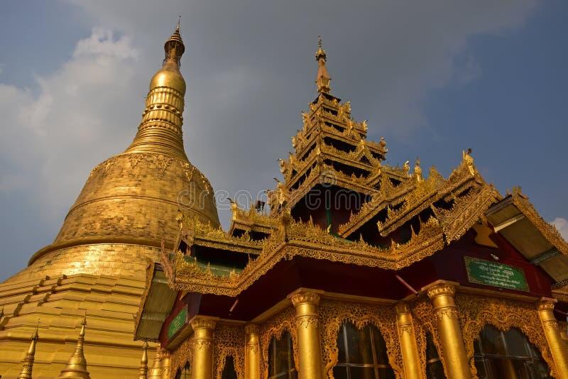 Ciérrese encima de arquitectura detallada del stupa y del lugar de alabanza gigantes más altos en la pagoda de Shwemawdaw en Bago foto de archivo