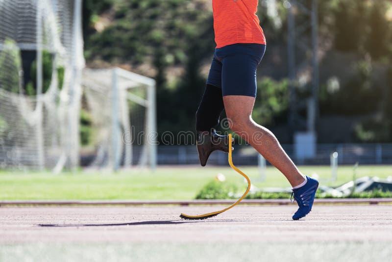 Ciérrese encima de atleta discapacitado del hombre con la prótesis de la pierna fotografía de archivo