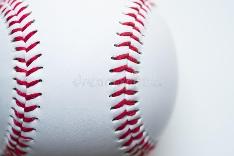 Ciérrese encima de béisbol en el fondo blanco fotos de archivo