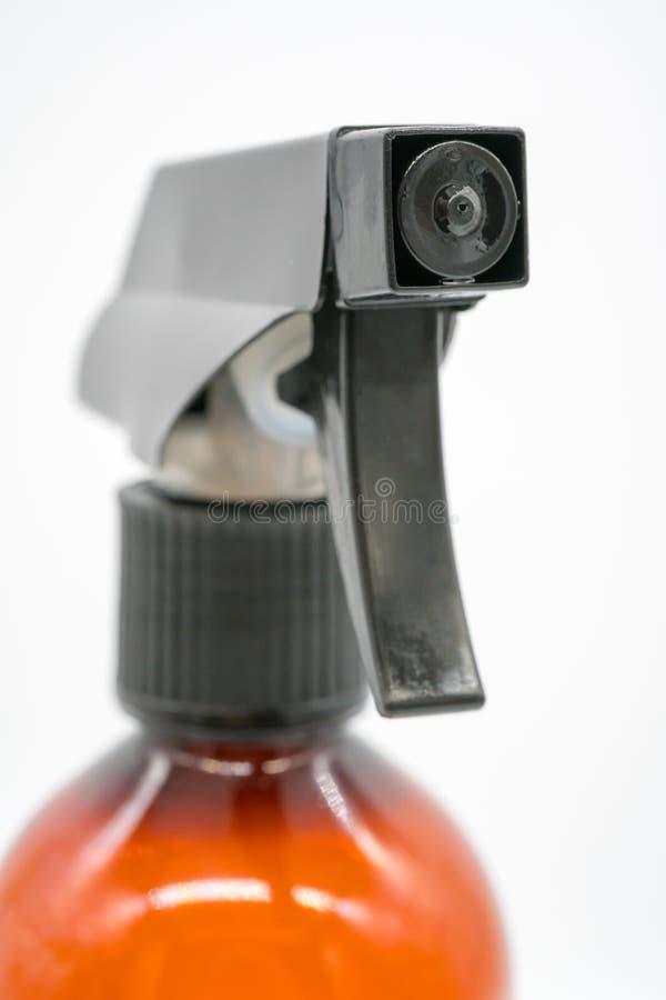 Ciérrese encima de boca plástica negra de la botella transparente marrón del espray fotos de archivo