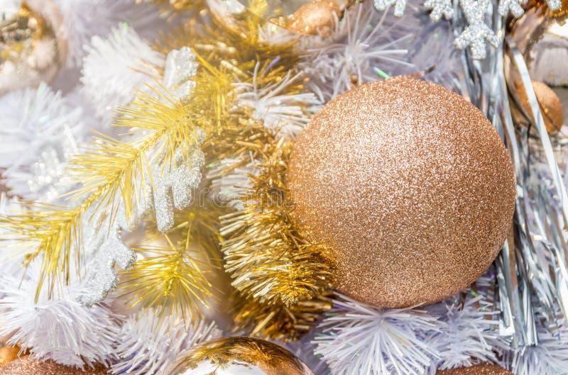 Ciérrese encima de bolas y de decoraciones de la Navidad en árbol de los chrismas imagen de archivo