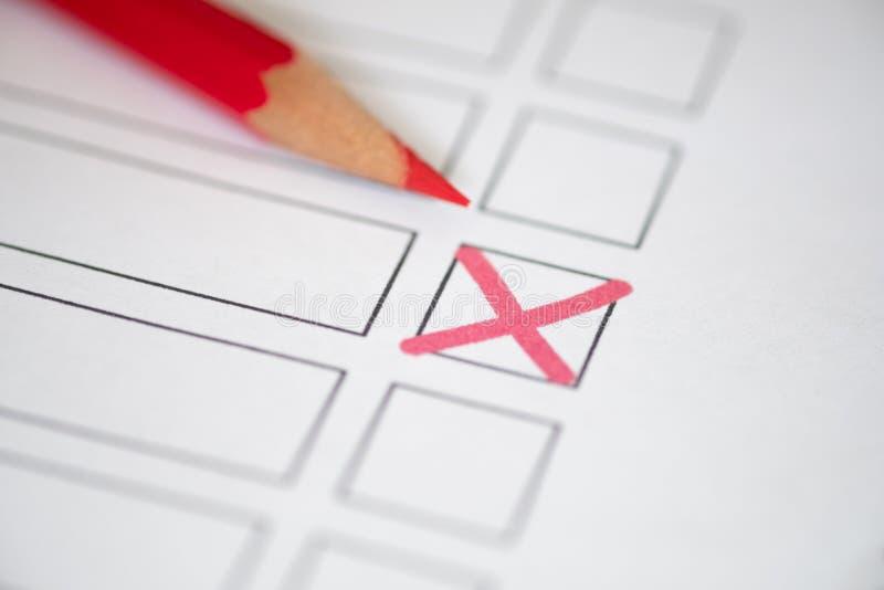 Ciérrese encima de boletín de votación con el lápiz rojo imagen de archivo libre de regalías