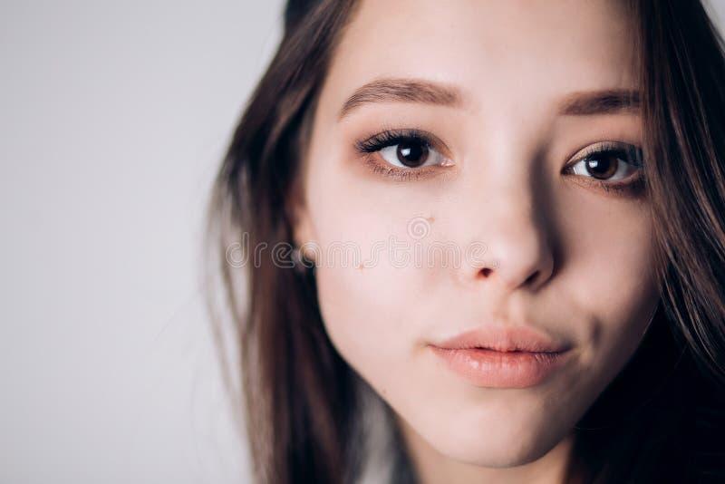 Ciérrese encima de cara de la mujer hermosa Características faciales expresivas, ojos marrones grandes, labios sensibles foto de archivo libre de regalías