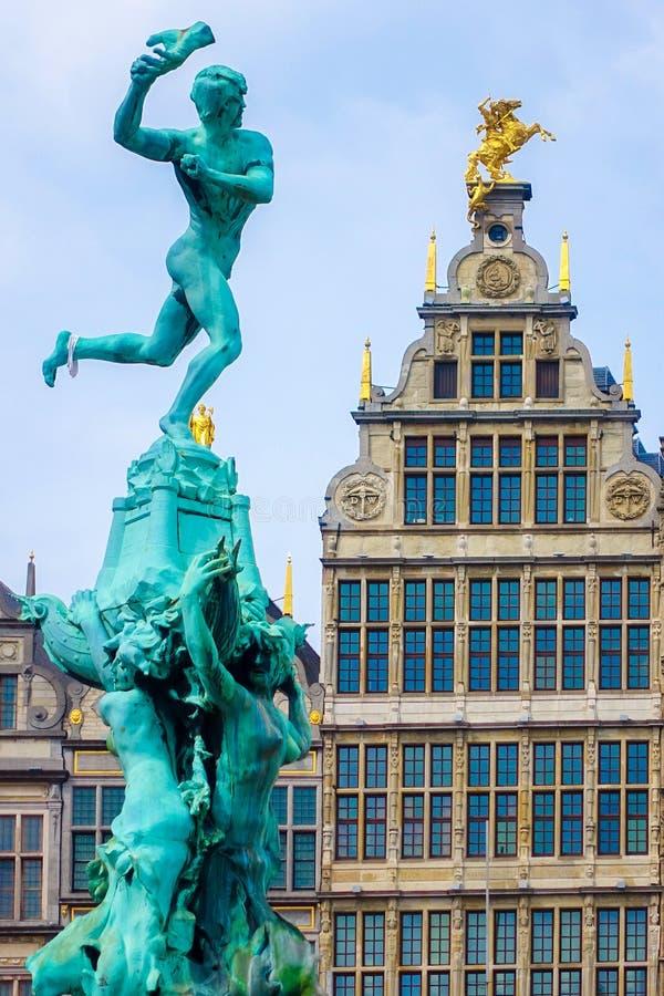 Ciérrese encima de casas de la fuente y del gremio de Barbo en Amberes, Bélgica imagenes de archivo