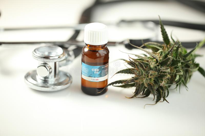 Ciérrese encima de cbd médico del aceite del cáñamo de la marijuana de la reconstrucción imágenes de archivo libres de regalías