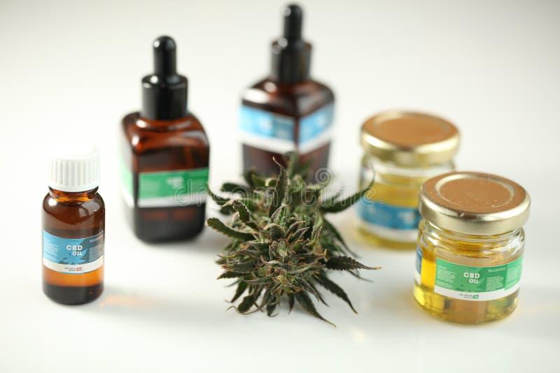Ciérrese encima de cbd médico del aceite del cáñamo de la marijuana de la reconstrucción imagen de archivo