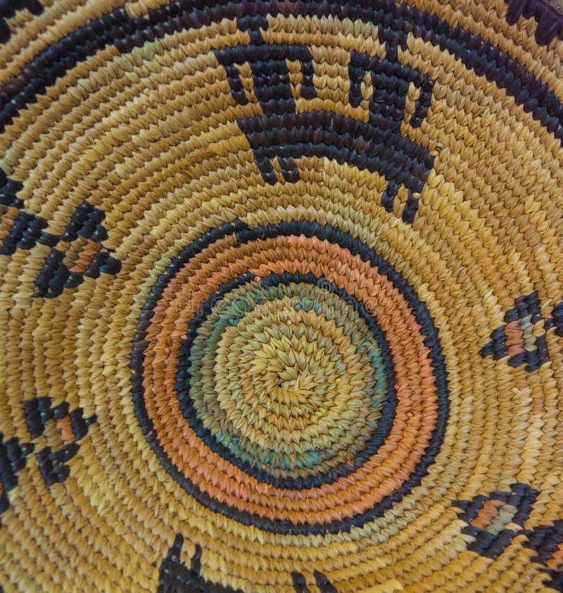 Ciérrese encima de cesta tejida del indio de Navajo imagen de archivo