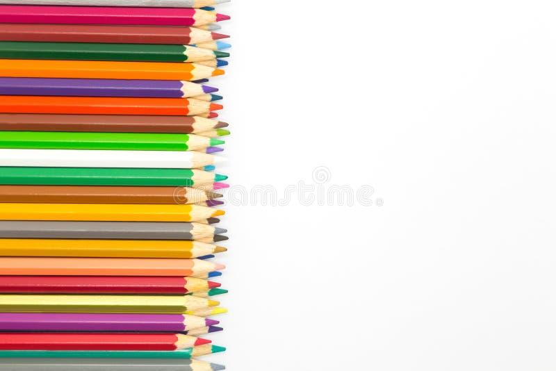 Ciérrese encima de colores que el pencilsClose de madera encima de colores múltiples dibuja a lápiz en el fondo blanco fotos de archivo libres de regalías