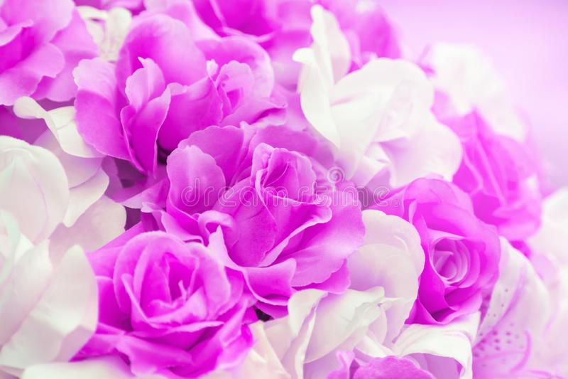 Ciérrese encima de colorido suavemente de las flores artificiales de la boda de la tela de la rosa del rosa imagen de archivo