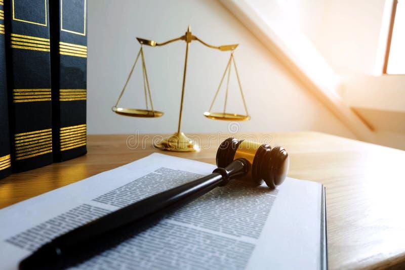 Ciérrese encima de concepto de la ley del objeto Mazo del juez con los abogados a de la justicia foto de archivo libre de regalías