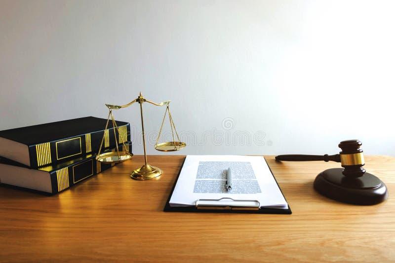 Ciérrese encima de concepto de la ley del objeto Mazo del juez con los abogados a de la justicia fotografía de archivo libre de regalías