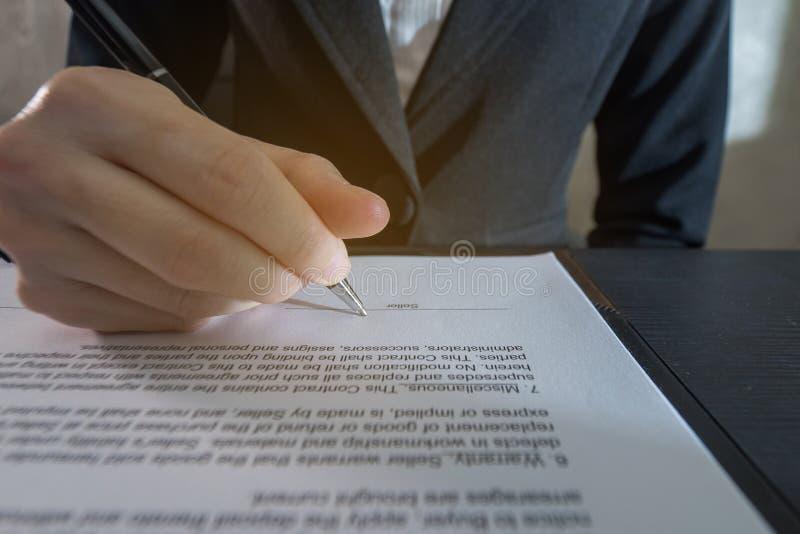Ciérrese encima de contrato de firma de la mujer de negocios fotos de archivo libres de regalías