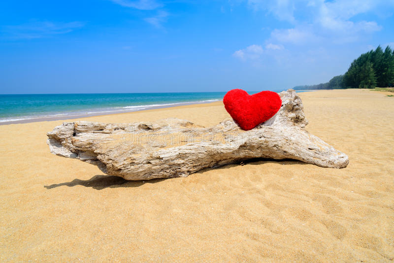 Ciérrese encima de corazones rojos en la arena de la playa del océano fotos de archivo libres de regalías