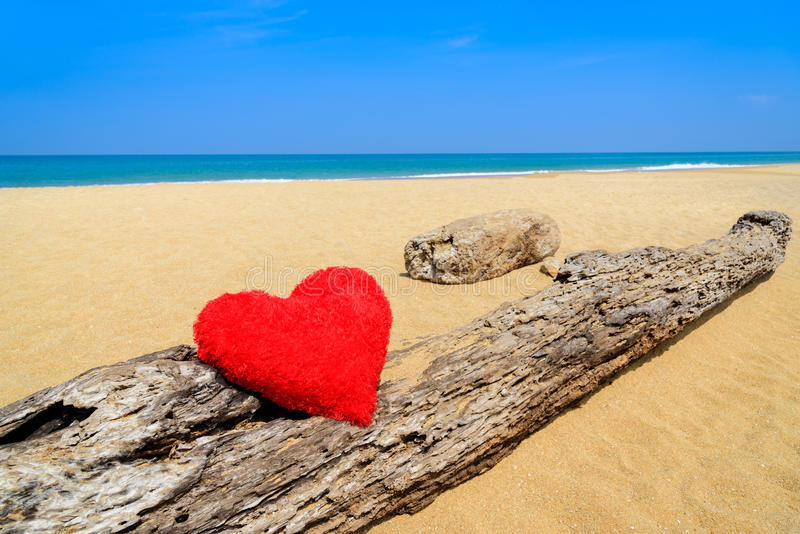 Ciérrese encima de corazones rojos en la arena de la playa del océano - ame el concepto para el holid imágenes de archivo libres de regalías