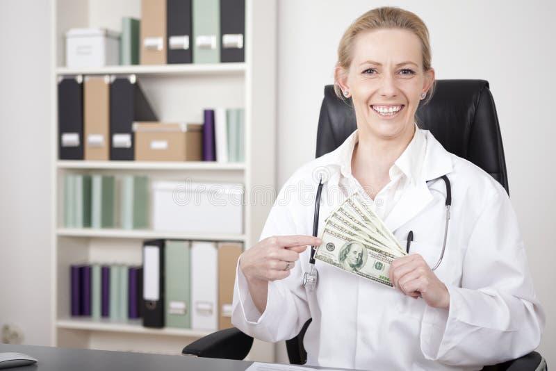 Ciérrese encima de dólares de EE. UU. felices del doctor Holding de la mujer imágenes de archivo libres de regalías