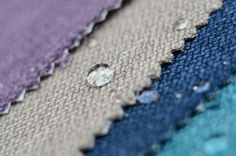 Ciérrese encima de descenso del agua en muestras de la materia textil del yute Concepto para las superficies limpias, impermeable fotografía de archivo