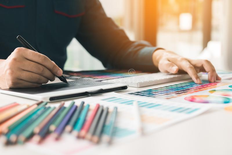 Ciérrese encima de diseño interior y de la renovación que trabajan con el sampl del color imagenes de archivo