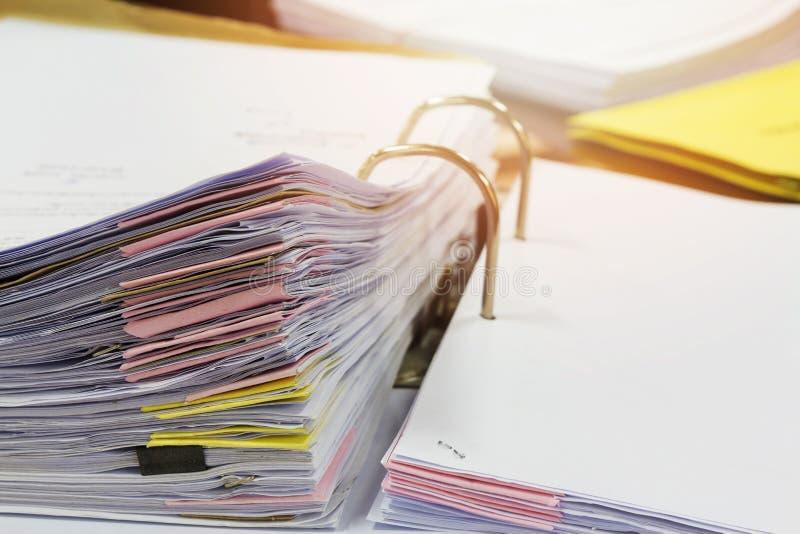 Ciérrese encima de documentos en carpeta de archivos fotos de archivo