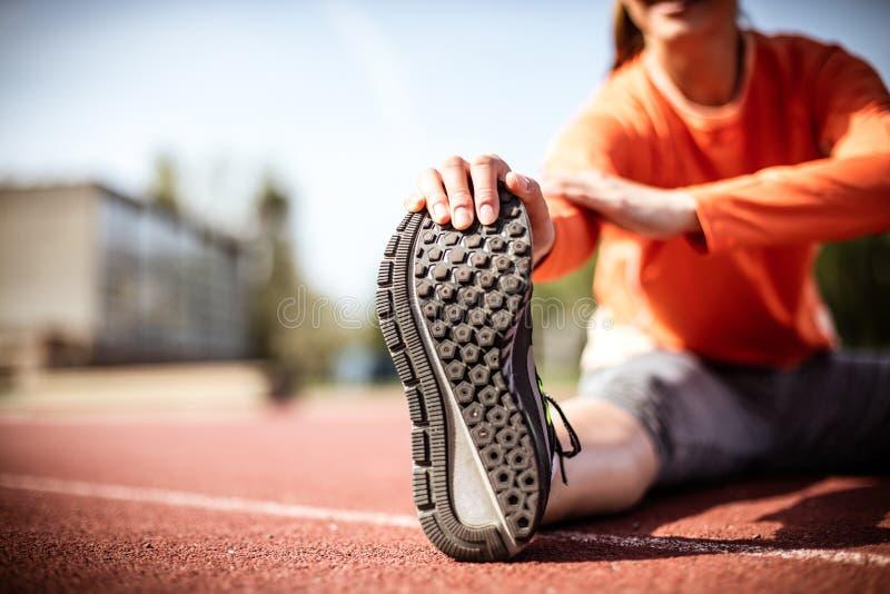 Ciérrese encima de ejercicio de la mujer joven de la imagen fotos de archivo libres de regalías