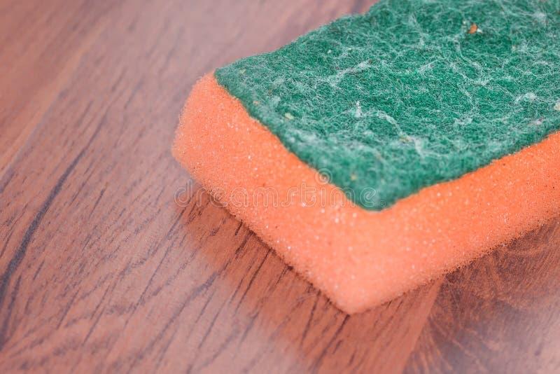 Ciérrese encima de esponja vieja y sucia del plato o de la cocina foto de archivo