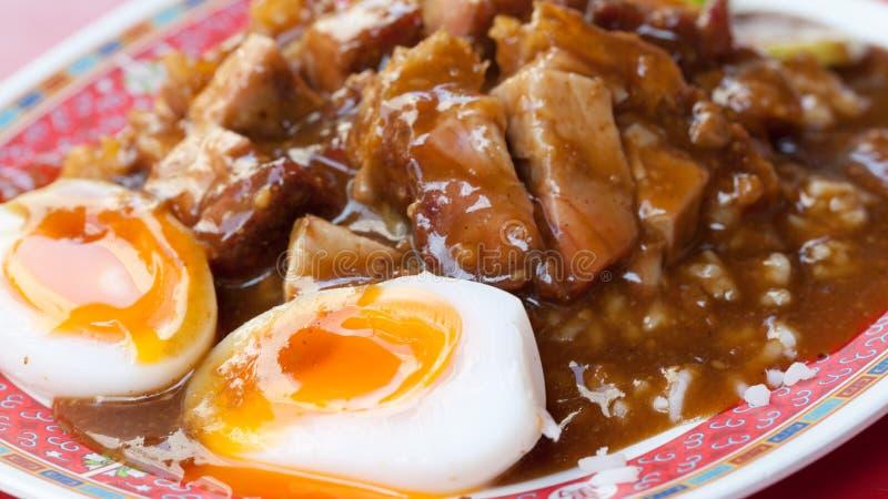 Ciérrese encima de estilo chino asado curruscante y de arroz del cerdo del vientre con b imagen de archivo