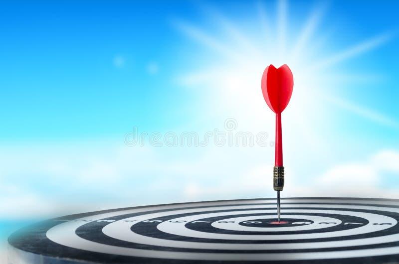 Ciérrese encima de flecha roja del dardo del tiro en el centro de la diana, metáfora a fotos de archivo
