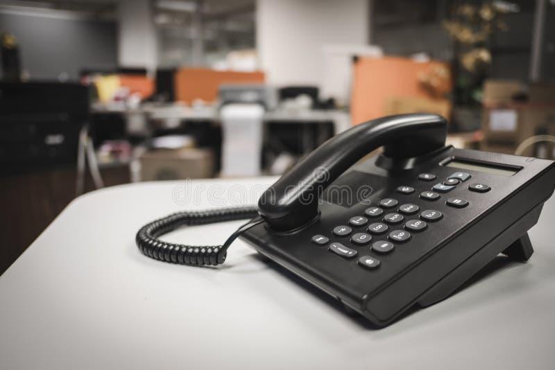 Ciérrese encima de foco suave en los dispositivos del teléfono del IP con el espacio en el escritorio de oficina fotografía de archivo