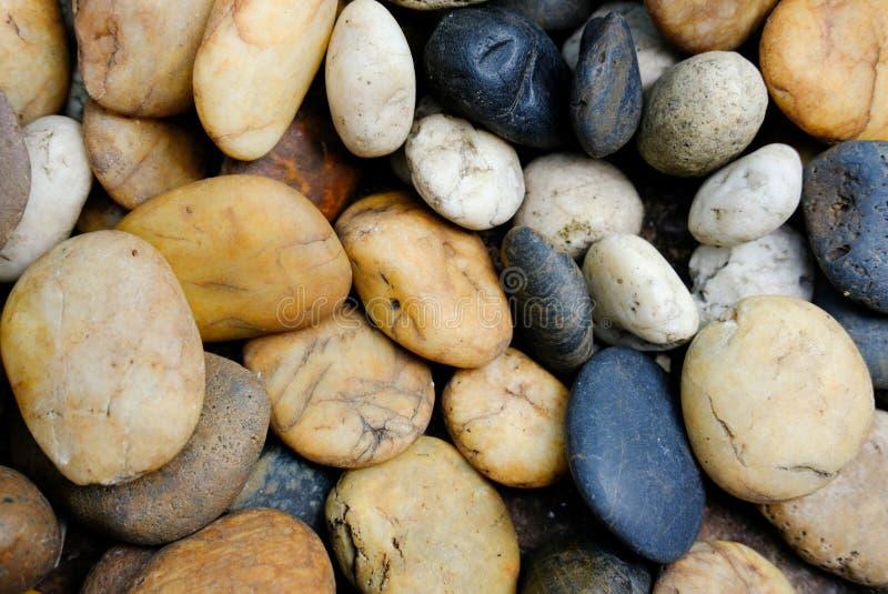 Ciérrese encima de fondo de las rocas del río imagenes de archivo
